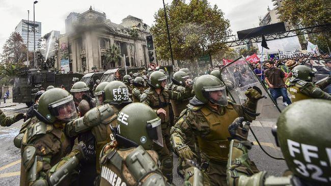 Kerusuhan yang terjadi di Ibu Kota Santiago, Chile, sudah menelan 11 korban jiwa. Sebagian besar dari mereka meninggal saat menjarah toko.