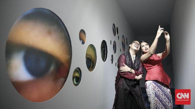 Seniman Tintin Wulia mewakili Indonesia dalam pameran seni rupa internasional Venice Art Biennale ke-57 di Italia. Ia mengusung proyek 1001 Martian Homes.