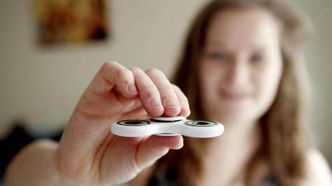 Fidget spinnner atau spinner merupakan permainan yang belakangan populer karena dipercaya bisa menekan stres dan meningkatkan fokus pemainnya.