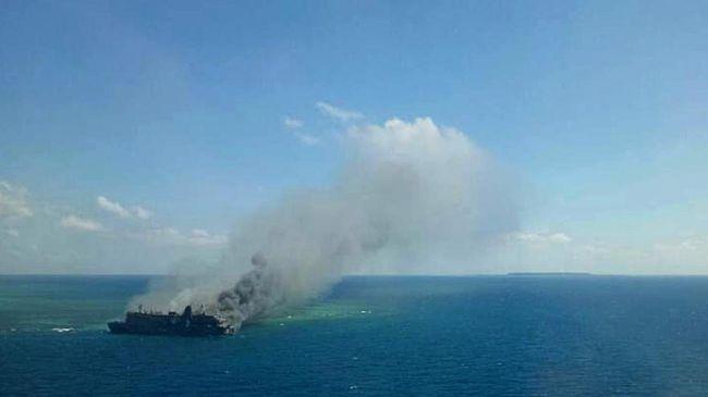 Proses penyelamatan penumpang KM Santika Nusantara yang terbakar di perairan Masalembu, Sumenep, semalam masih dilakukan hingga siang ini.
