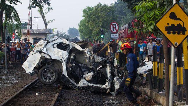 KA Sancaka relasi Yogyakarta-Surabaya menbarak sebuah truk di perlintasan tanpa palang pintu di Ngawi. Kecelakaan ini mengakibatkan masinis tewas.