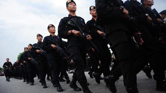 Sejumlah personel Brimob mengikuti apel gelar pasukan pengamanan kegiatan 20 Mei, di Taman Alun-Alun Sungai Kapuas, Pontianak, Kalimantan Barat, Jumat (19/5). Sebanyak 4.033 personel yang terdiri dari 1.400 polisi, 933 Brimob Polda Kalbar, 1.300 TNI dan 400 Brimob Kelapa Dua dikerahkan untuk mengamankan kegiatan Pekan Gawai Dayak (PGD) ke-32 dan aksi damai bela ulama oleh kelompok tertentu yang rencana diadakan secara bersamaan pada Sabtu (20/5). ANTARA FOTO/Jessica Helena Wuysang/kye/17