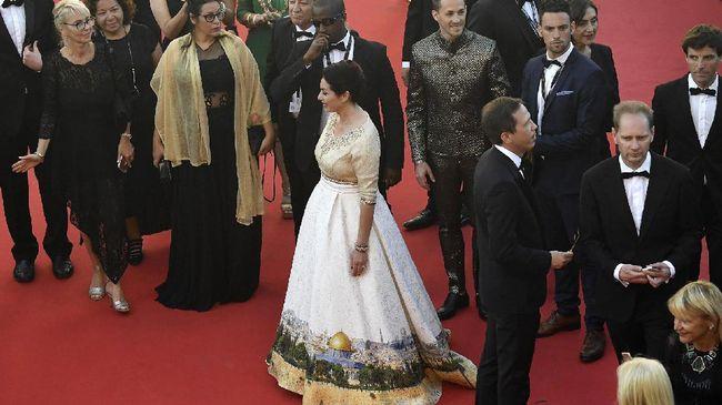 Saat Cannes 2017, Menteri Kebudayaan Israel, Miri Regev memakai gaun yang kontroversial karena dianggap bermuatan politis.