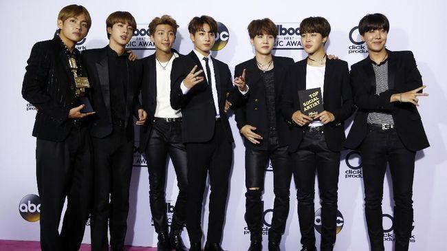 MIC Drop merupakan lagu ketujuh dari album terbaru BTS yang berjudul 'Love Yourself: Her.' Itu terinspirasi aksi Obama menjatuhkan mikrofon di sebuah acara.
