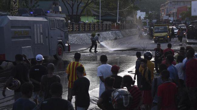 Seorang anggota Polda Papua, AKP Saiin terkena tembakan senapan angin saat mencabut selebaran berisi ajakan demo di Jayapura pada Senin (19/8).