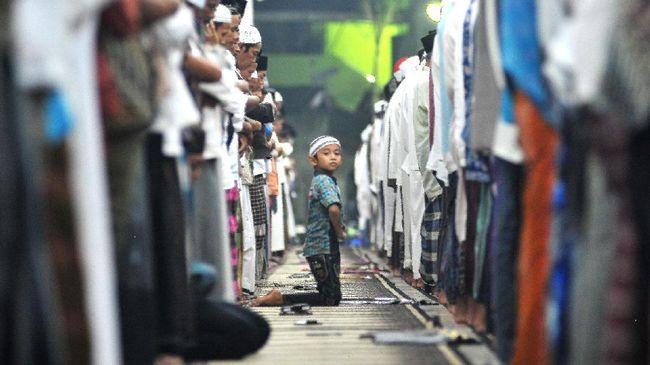 Sejumlah ulama menganjurkan membawa doa Kamilin selepas melaksanakan salat Tarawih di bulan Ramadan.