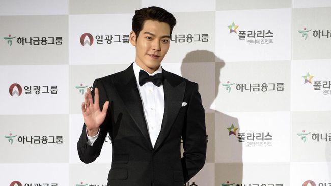 Kim Woo-bin mengirimkan coffee truck sebagai dukungan kepada sahabatnya, D.O. EXO, yang syuting film The Moon.