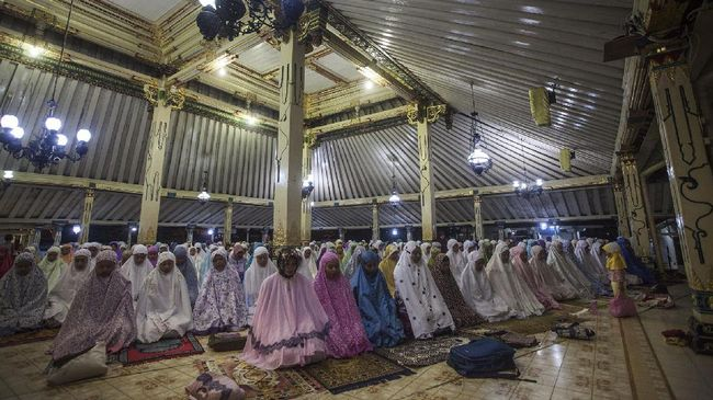 Umat muslim menunaikan ibadah salat Tarawih pertama di Masjid Gede Kauman, Yogyakarta, Jumat (26/5). Salat tarawih pertama bulan Ramadhan 1438 Hijriyah itu diikuti oleh ribuan umat. ANTARA FOTO/Andreas Fitri Atmoko/pd/17.