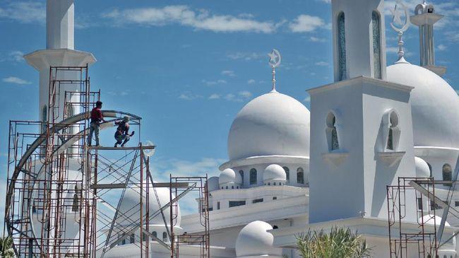 Pekerja menyelesaikan pembangunan bulan dan bintang, di masjid Jabal Rahmah, komplek kampus Universitas Baiturrahmah, Padang, Sumatera Barat, Selasa (16/5). Salah satu masjid terindah di kota Padang itu dipercepat pembangunannya untuk menyambut bulan Ramadan 1438 hijriyah. ANTARA FOTO/Iggoy el Fitra/foc/17.