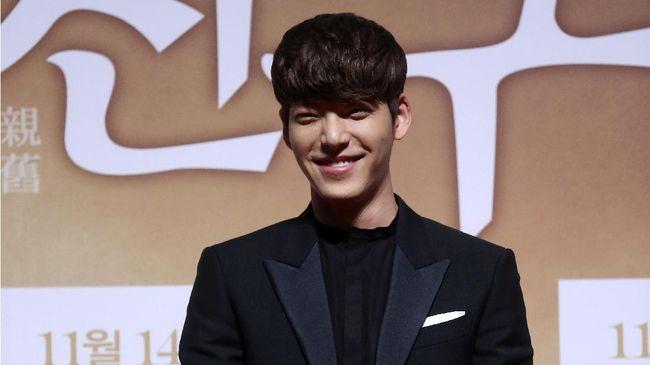 Kim Woo Bin terlihat berjalan-jalan dengan karibnya, Lee Jong Suk. Penampilannya kini berbeda, terutama soal warna dan gaya rambut.