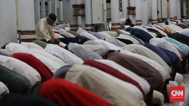 Warga melaksanakan shalat tarawih pertama di Masjid Raya Baiturahman, Banda Aceh,Jumat, 26 Mei 2017. Seluruh umat muslim di Indonesia serentak melaksanakan Shalat Tarawih pada Jumat malam dan menjalakn ibadah puasa Ramadan pada 27 Mei 2017. CNN Indonesia/Safir Makki
