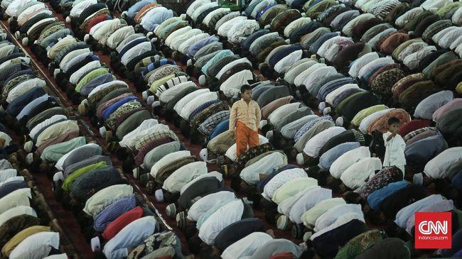 Umat muslim mengikuti salat tarawih pertama bulan Ramadan 1438 H di Masjid Istiqlal, Jakarta Pusat, Jumat (26/5). Pemerintah menetapkan 1 Ramadhan 1438 Hijriyah jatuh pada hari Sabtu, 26Juni 2016.