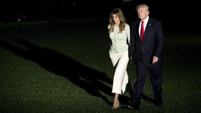 Setelah menyelesaikan kunjungan kenegaraan bersama Donald Trump, Melania memilih tampil santai dengan celana kulot dan sepatu berhak 10 cm-nya yang 'santai.'