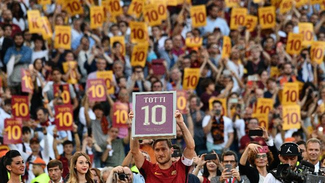 Roma's forward from Italy Francesco Totti holds a framed Number 10 during a ceremony to celebrate his last match with AS Roma after the Italian Serie A football match AS Roma vs Genoa on May 28, 2017 at the Olympic Stadium in Rome. Italian football icon Francesco Totti retired from Serie A after 25 seasons with Roma, in the process joining a select group of 'one-club' players. / AFP PHOTO / Vincenzo PINTO