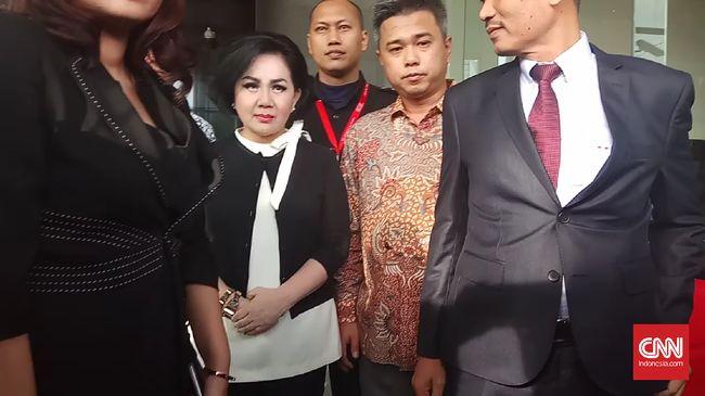 Artalyta Suryani atau Ayin mendatangi KPK untuk diperiksa sebagai saksi kasus BLBI PT BDNI dengan tersangka ketua BPPN Syafruddin Temenggung.