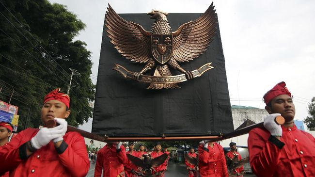 Sejumlah seniman membawa lambang Garuda Pancasila saat Kirab Grebeg Pancasila di Blitar, Jawa Timur, Rabu (31/5). Kirab yang diikuti oleh sejumlah seniman, siswa, dan masyarakat tersebut digelar dalam rangka memperingati hari lahir Pancasila pada 1 Juni. ANTARA FOTO/Irfan Anshori/aww/17.