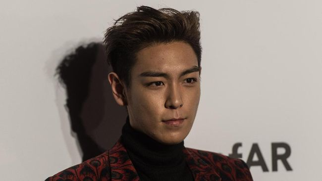 South Korean rapper, singer-songwriter and actor T.O.P. poses on the red carpet during the 2015 amfAR Hong Kong gala at Shaw Studios in Hong Kong on March 14, 2015. amfAR, the Foundation for AIDS Research, held its inaugural fundraising gala in Hong Kong on March 14. AFP PHOTO / ANTHONY WALLACE / AFP PHOTO / ANTHONY WALLACE