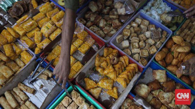 Warga membeli makanan untuk buka puasa di Pasar Takjil Benhil, Jakarta, Sabtu, 27 Mei 2017. Pasar Takjil Benhil yang ada setiap bulan Ramadan tersebut dipadati warga yang membeli makanan untuk berbuka puasa. CNN Indonesia/Adhi Wicaksono.