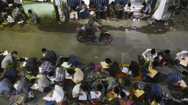 Sejumlah santri mengaji Kitab Kuning di Kompleks Ponpes Lirboyo, Selasa (30/5). ANTARA FOTO/Zabur Karuru/17.