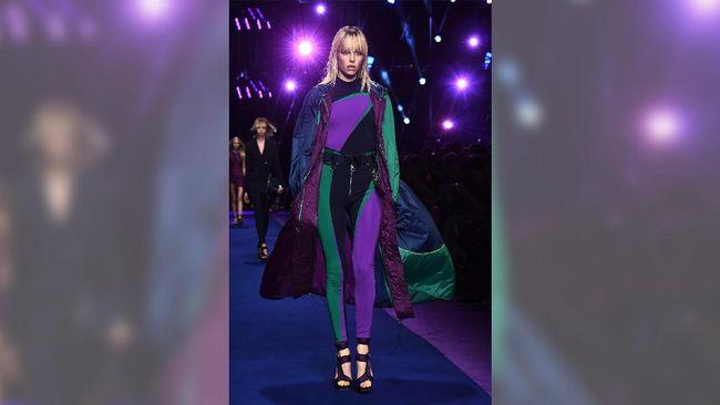 Berbeda dengan film superhero sebelumnya, merchandise Wonder Woman dirancang oleh sembilan desainer 'high fashion' seperti Versace dan Givenchy.