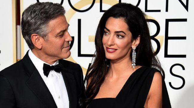 George Clooney dan istrinya yg asli Beirut, Amal, mendonasikan US$100 ribu atau Rp1,4 miliar untuk membantu penduduk kota itu pulih dari tragedi ledakan besar.