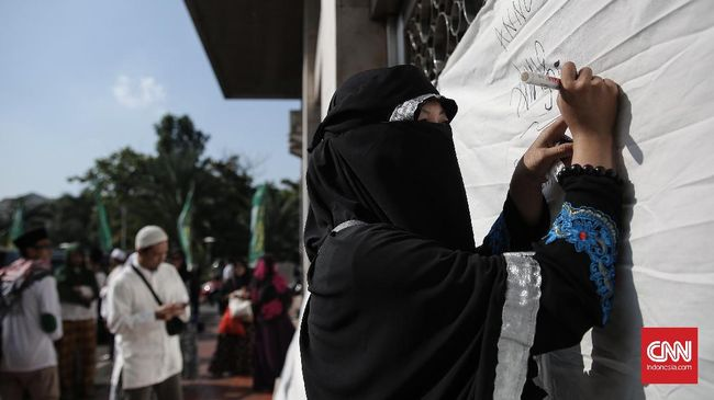Ketua Presidium Alumi 212 Slamet Maarif mengajak anggotanya dari pelbagai daerah membantu moril maupun materil untuk Asma Dewi yang ditangkap kepolisian.