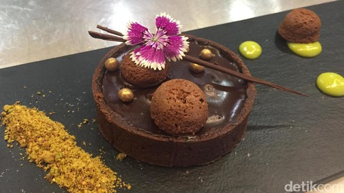 Tartlet Cokelat Kurma yang Istimewa dengan  Saus Pistachio