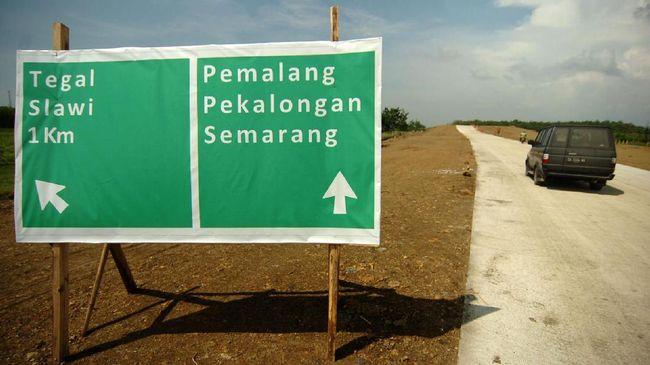 Bepergian menggunakan jalan tol akan terlihat palang petunjuk jalan berwarna hijau, biru, dan coklat.
