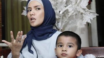 Cerita Enno Lerian Soal Menggendong Anak-anaknya