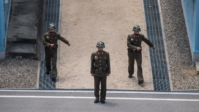 In a photo taken on June 2, 2017 Korean People's Army (KPA) soldiers stand guard at the military demarcation line separating North and South Korea, at the Joint Security Area (JSA) near Kaesong on the North Korean side of the border. / AFP PHOTO / Ed JONES
