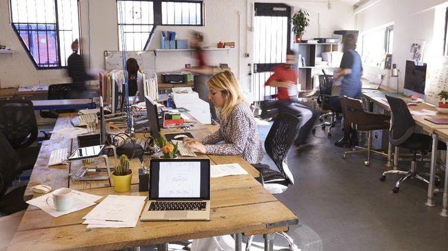 Sebuah studi kesehatan terbaru menemukan bahwa bekerja sembari berdiri dapat membantu menurunkan berat badan daripada bekerja sembari duduk.