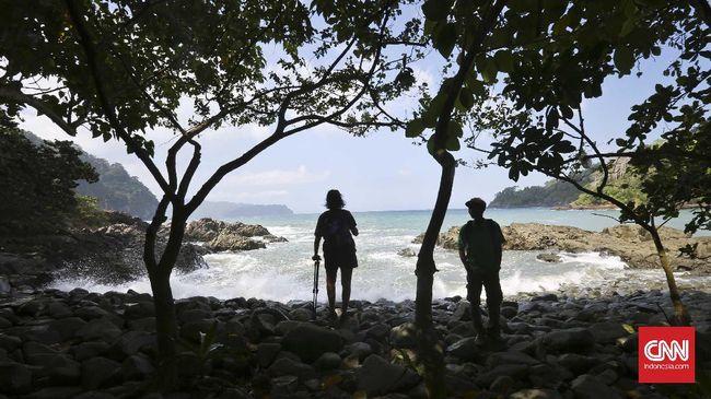 Berada dijalur menuju Pantai Teluk Hijau, wisatawan akan menemu Pantai Teluk Batu, pantai tersebut tidak memiliki pasir layaknya pantai pada umumnya.  tetapi dipenuhi dengan bebatuan di sepanjang bibir pantai. Munculnya bebatuan tersebut diperkirakan disebabkan oleh kejadian pasca Tsunami tahun 1994. CNN Indonesia/Adhi Wicaksono.