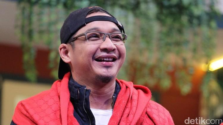 Pasha Ungu saat tampil di acara 'OVJ' di Trans 7, Tendean.
