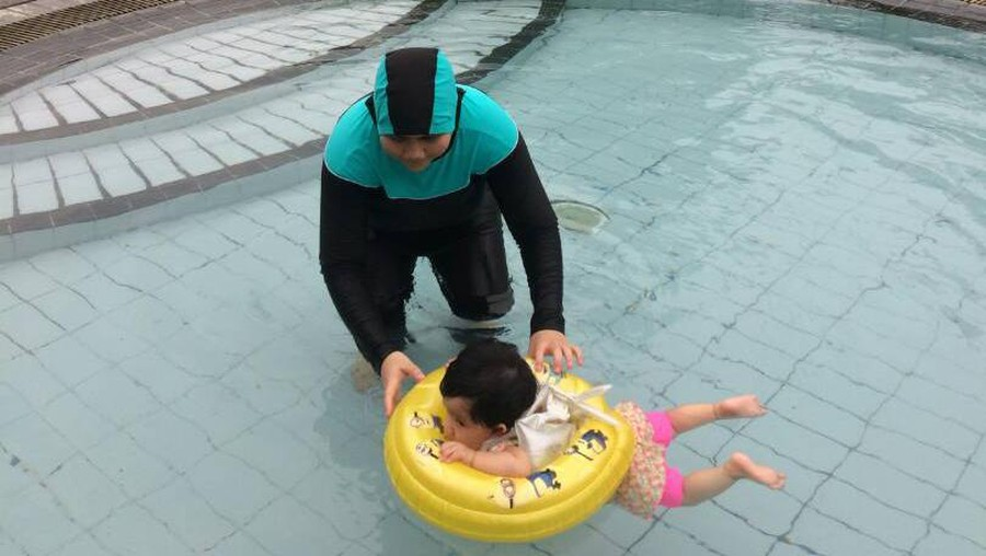 Di Usia Berapa Bayi Sudah Bisa Diajak Berenang?