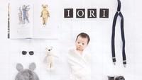 <p>Theodore Iori Liem, anak laki-laki dari Putri Titian dan Junior Liem yang lahir pada 25 Maret 2017 ini sangat menggemaskan lho Bun. Tema Foto newborn baby yang dipilih untuk Iori adalah 'film'. Nggak heran ada peralatan ala perfilman, clipperboard, buku dan lainnya. Wiih Iori tampak seperti sutradara cilik. Kecee! (Foto: Instagram @putrititian)</p>