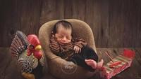 <p>Aih, pose foto newborn Bach, anak dari Meisya Siregar dan Bebi Romeo lucu banget sih. Duduk dengan mata terpejam serta menggunakan baju khas Jawa membuatnya seperti pangeran. Ditambah gamelan mini dan celengan ayam bikin nuansa Jawanya makin kental. Imut abis! (Foto: Instagram @meisya_siregar/little hugs photography).</p>