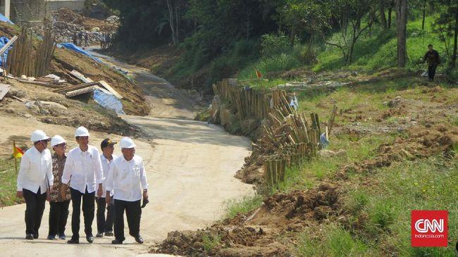 Walhi menilai proyek pembangunan infrastruktur yang dilakukan selama tiga tahun pemerintahan Jokowi-Jusuf Kalla berisiko tinggi bagi lingkungan hidup.