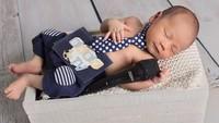 <p>Mezbareta Yusuf Athala adalah anak ketiga Fenita Arie dan Arie Untung. Saat baru lahir, Athala juga ikut berpose lucu biar makin hitz. Kalau kita lihat foto dan kostum yang digunakan Athala plus mic di sebelahnya udah mirip kaya presenter ya Bun. Jangan-jangan bakal jadi penerus ayah bundanya. (Foto: Instagram @fenitarie)</p>