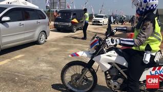 Polisi Kawal Pemudik Masuk Tol 'Setengah Jadi' di Batang