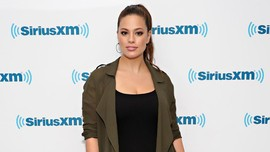 Model Ashley Graham Kuras Air Mata Pasca Pemotretan Lingerie
