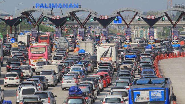 Lalu lintas kendaraan di KM 72 hingga KM 80 Tol Cikopo-Palimanan (Cipali) sempat tersendat pada Rabu (5/6) sore, karena imbas kecelakaan kendaraan pribadi.