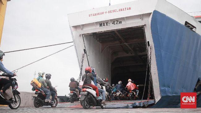 Menteri BUMN Rini Soemarno klaim pelayanan arus mudik di Pelabuhan Merak lebih baik dibanding tahun lalu, Sabtu (24/6).