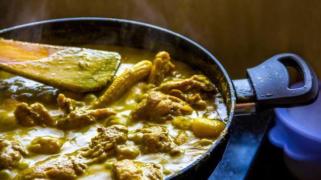 Tak bisa dipungkiri makanan bersantan seperti opor ayam atau gulai kambing memang menggiurkan. Tapi ada bahaya di balik panganan-panganan itu.