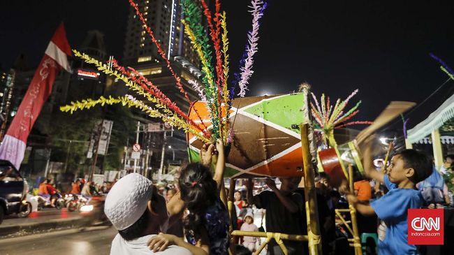 Seorang anak memainkan beduk ketika mengikuti malam takbir di Tanah Abang, Jakarta, Sabtu 24 Juni 2017. Kegiatan malam takbiran tersebut untuk menyambut Idul Fitri 1438 H yang jatuh pada Minggu, 26 Juni 2017. CNNIndonesia / Adhi Wicaksono.