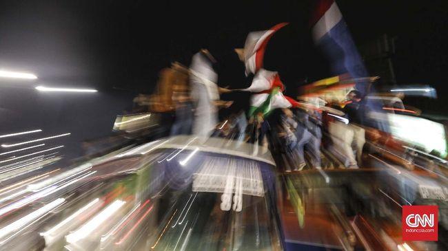 Satgas Penanganan Covid-19 Kabupaten Bogor membubarkan rombongan warga yang melakukan takbir keliling menggunakan truk di jalur Puncak pada Rabu (12/5).