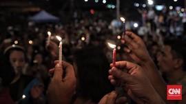 Ahoker Menyalakan Lilin dan Doakan Ahok di Kalijodo