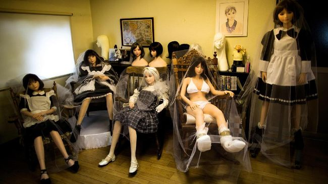 Xie Tianrong yang sudah bertunangan dengan boneka seksnya, Mochi kini mengumumkan kehadiran anggota keluarga baru, boneka bayi.