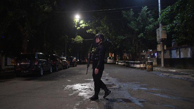 Dua serangan penikaman baru-baru ini menunjukkan bahwa anggota polisi semakin terancam oleh waralaba teror ISIS yang menawarkan keanggotaan tanpa syarat.
