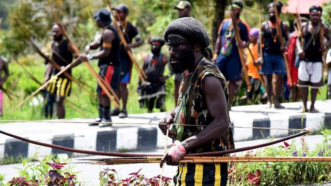 Kapolda Papua menyatakan kerusuhan di Puncak Jaya terkait provokasi elite atas hasil pilkada. Sejauh ini satu orang tewas dan puluhan warga mengungsi.
