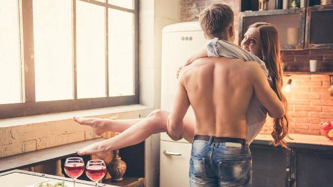 Bagi pasangan yang sudah lama menikah, mulai dari belasan hingga puluhan tahun, ritual bercinta mungkin hambar. Ada tips mudah menghangatkannya.